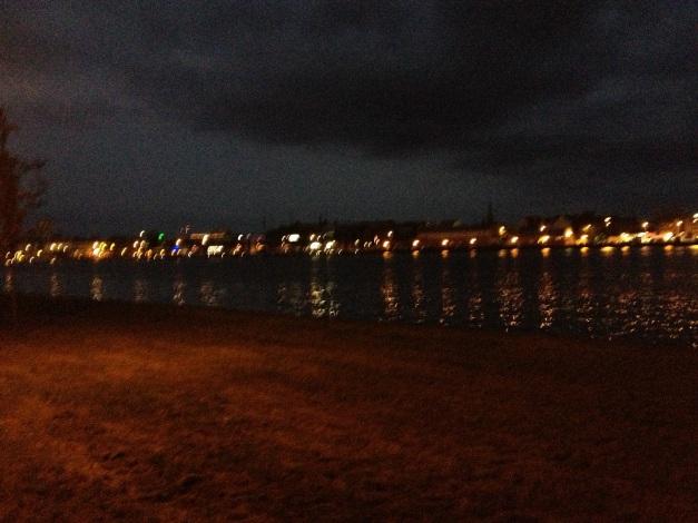 La vieille ville illuminée sur la rive opposée au parcours