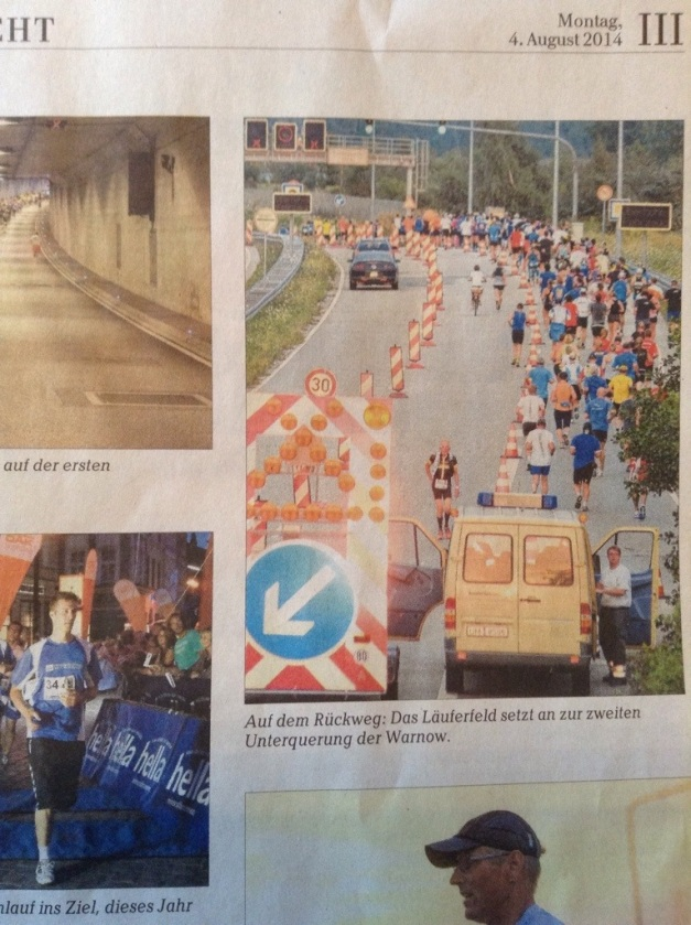 Il est un peu plus de 20h, je me retourne pourchercher isabelle Running. A cet instant précis, le photographe du Ostsee Zeitung prend une photo qui figurera sur l'édition du lundi.