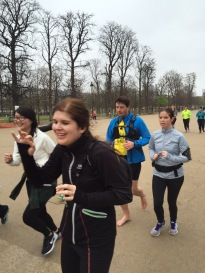 Le groupe traverse le Jardin des Tuileries