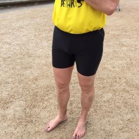 David court les pieds nus. Performance!